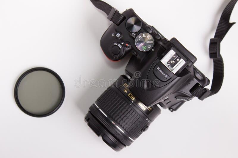 Moskva Ryssland - 28 av Oktober 2018: DSLR-fotokamera Nikon d5600 med ett fotofilter på det vita skrivbordet royaltyfri illustrationer