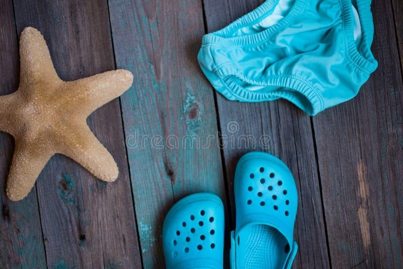 MOSKVA RYSSLAND - 05 28 2018: behandla som ett barn strandhäftklammermatare som sjöstjärnan behandla som ett barn simningstammar  royaltyfri fotografi