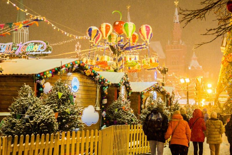 MOSKVA RYSSLAND - DECEMBER 06, 2017: Folket på jul marknadsför på röd fyrkant i Moskvacentrum arkivbild