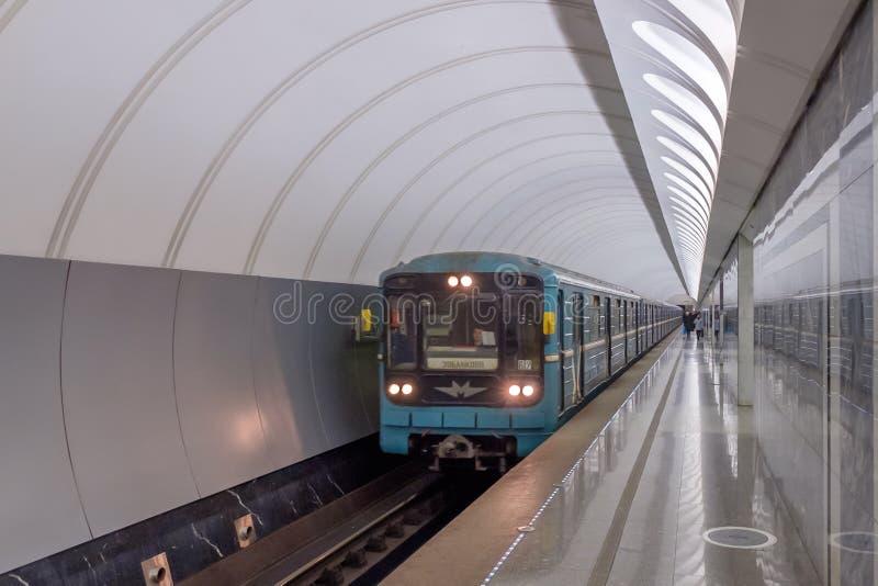 MOSKVA RYSSLAND - DECEMBER 01, 2017: Gångtunneldrev i tunnelbanastationen Dostoevskaya i Moskva, Ryssland arkivfoto