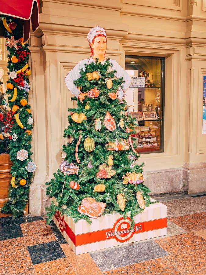 MOSKVA Ryssland - December 19, 2018: Ovanliga ganska julgranar i form av sovjetisk kvinnasäljare av delikatessaffär numrerar 1 in royaltyfria bilder