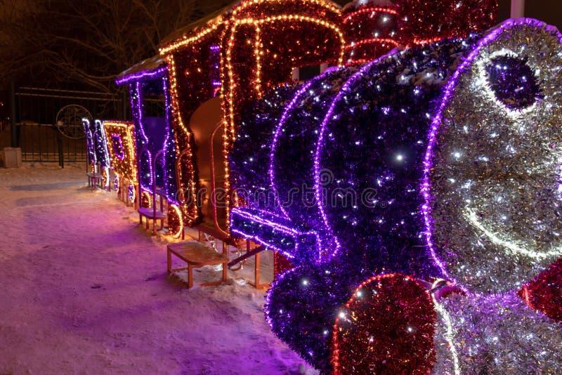 MOSKVA RYSSLAND - DECEMBER 15, 2018: Parkerar luminiscenta utomhus- garneringar för nytt år och för jul i Sireneviy LEDDE ljusa g arkivbild