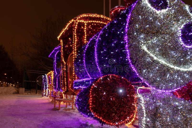 MOSKVA RYSSLAND - DECEMBER 15, 2018: Parkerar luminiscenta utomhus- garneringar för nytt år och för jul i Sireneviy LEDDE ljusa g arkivfoto