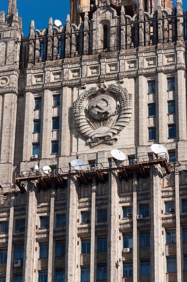 Moskva Ryssland - 09 21 2015 Den från den ryska federationen Utrikesdepartementet Detalj av fasaden med emblemet av th arkivfoton
