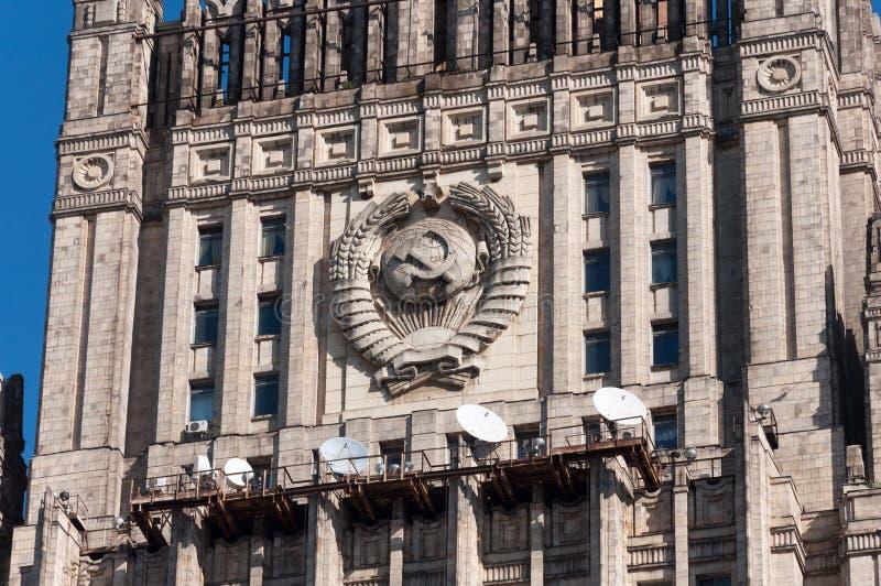 Moskva Ryssland - 09 21 2015 Den från den ryska federationen Utrikesdepartementet Detalj av fasaden med emblemet av th arkivbilder