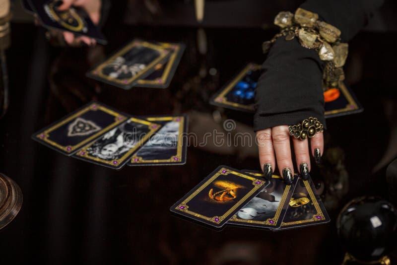 Moskva Ryssland, 06/01/2019: Den härliga åldriga redheaded kvinnaförmögenhetkassören utför en magisk ritual arkivbilder