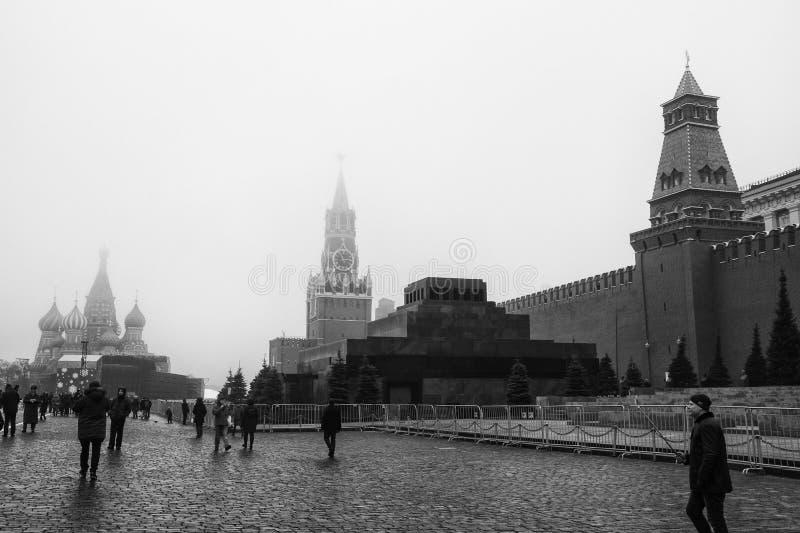 Moskva Ryssland - 2017 En sikt av Kreml med mausoleet och St Basil Cathedral för senattorn-, Lenin ` s i röd fyrkant M arkivbild