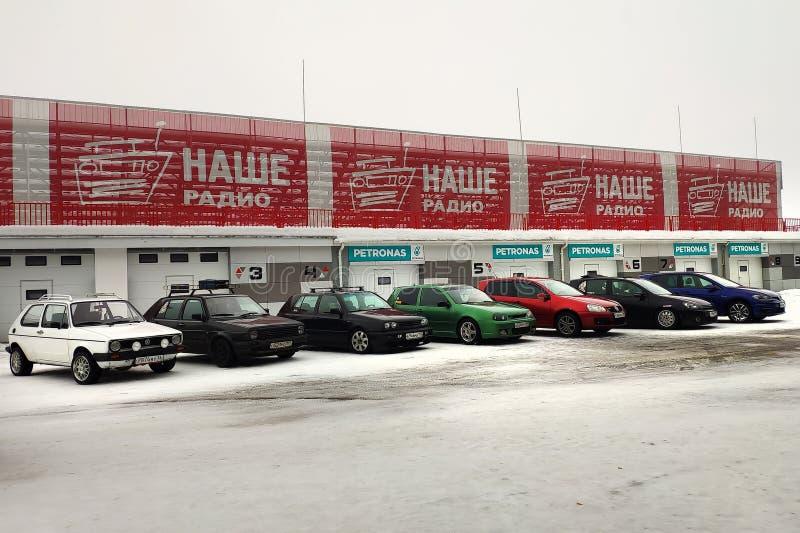 Moskva Ryssland - Februari 4, 2019: Alla utvecklingar av en bil Volkswagen Golf från första till sjunde som parkeras på en snöig  arkivfoton