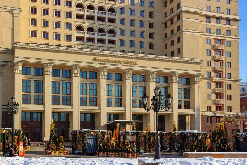 Moskva Ryssland - Februari 14, 2018: Huvudsaklig ingång till hotellet för fyra säsonger i central Moskva Sikt från den Manege fyr royaltyfri bild