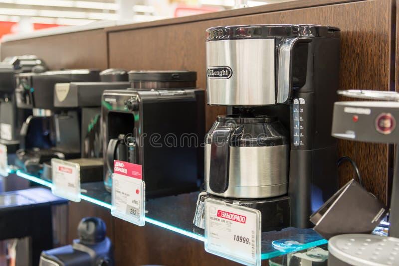 Moskva Ryssland - Februari 02 2016 kaffemaskin i eldorado, stora butikskedjor som säljer elektronik arkivfoto
