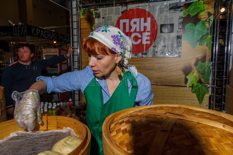 Moskva Ryssland - Februari 25, 2017: Kvinnan förbereder nationell koreansk snabbmatpyan-se i en traditionell bambuångare arkivbilder