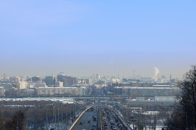 MOSKVA RYSSLAND - Februari 27, 2006: Moskvacityscapesikt till domkyrkan av Kristus frälsaren från den Komsomolsky utsikten på vin royaltyfri foto