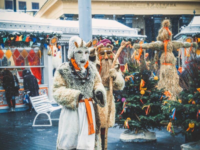 MOSKVA RYSSLAND FEBRUARI 2017: Mummersna går gatorna och underhåller folket Förställt i det wood elaka trollet och royaltyfri foto