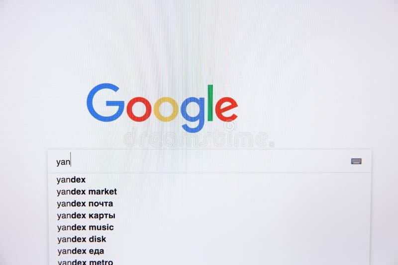 Moskva/Ryssland - Februari 20, 2019: sökande i Google ordyandexen arkivfoto