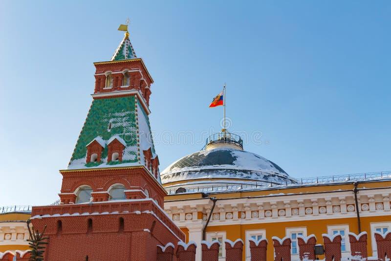 Moskva Ryssland - Februari 01, 2018: Senatslott på bakgrunden för blå himmel MoskvaKreml på den soliga vinterdagen fotografering för bildbyråer