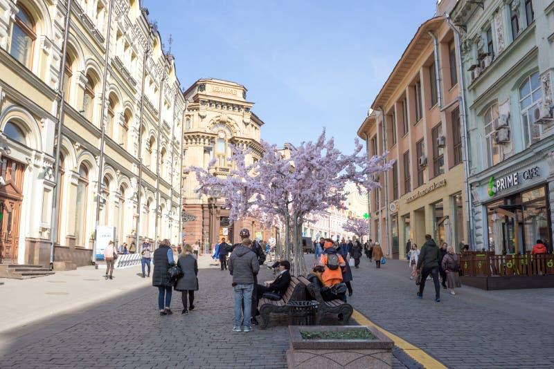 Moskva Ryssland: Festliga garneringar på Kuznetsky mest gata arkivbild