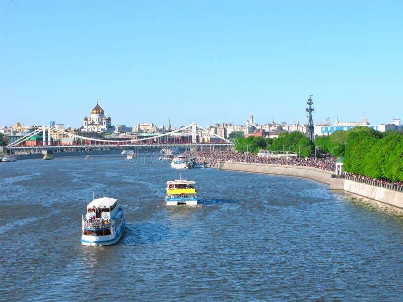 Moskva Ryssland: Gorky parkerar, Moskvafloden, templet av Kristus frälsaren och den Crimean bron arkivbilder