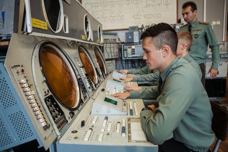 MOSKVA RYSSLAND - HÖST 2014: studenter av det elektroniska teknologiinstitutet lär att arbeta med radar royaltyfri fotografi