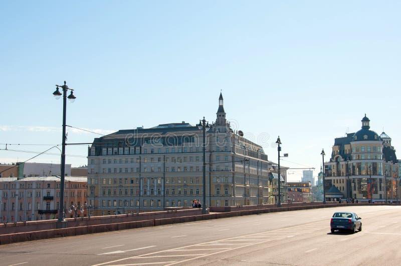 Moskva Ryssland - 09 21 2015 Hotell Baltschug Kempinski och huvudsaklig territoriell avdelning för Moskva av centralbanken av tRu royaltyfria foton