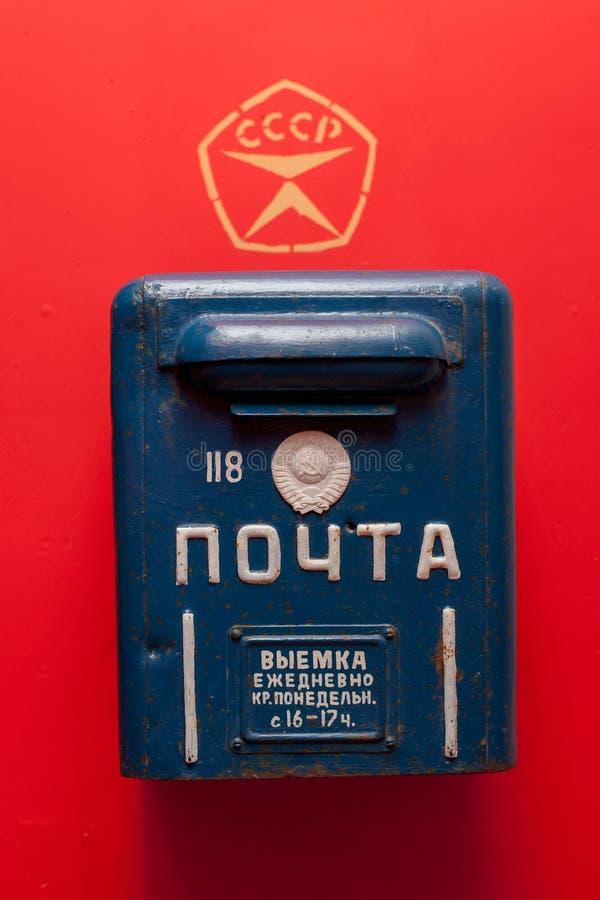 Moskva/Ryssland - Januari 9, 2013: Blå gammal sovjetisk brevlåda på röd bakgrund arkivfoton