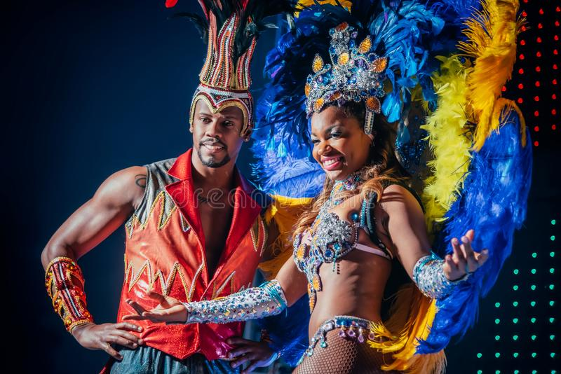 MOSKVA RYSSLAND JANUARI 2017: Brasiliansk karnevalshow Härlig ljus färgrik karnevaldräkt för flicka och för pojke på etapp arkivbild