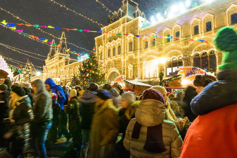 MOSKVA RYSSLAND - JANUARI 03, 2017: Folket på jul marknadsför på den röda fyrkanten royaltyfri fotografi