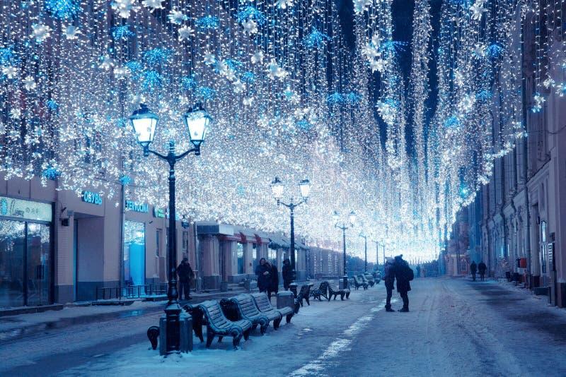 Moskva Ryssland, Januari 17, 2018 NattvinterMoskva i snoen royaltyfri fotografi