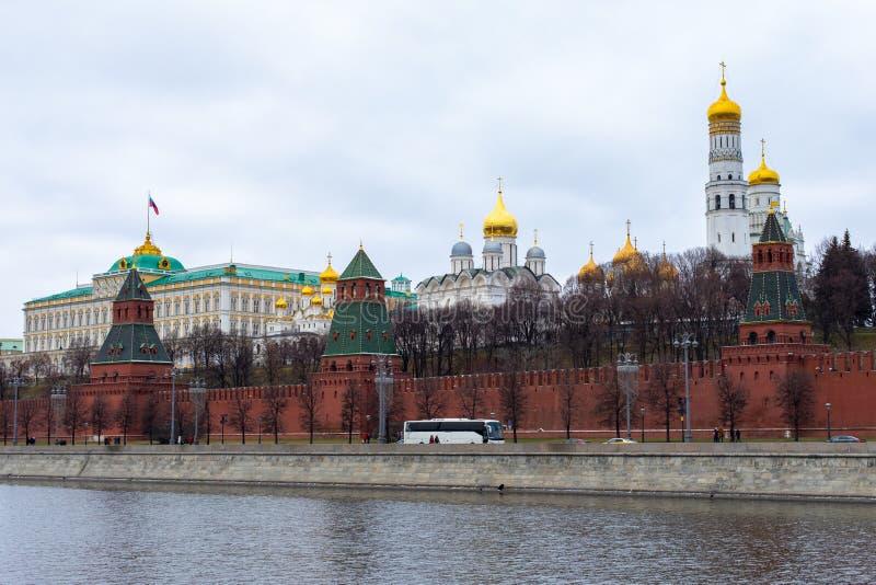 Moskva, Ryssland - 7 januari 2020: Röda torgmuren Kremlin, regeringsbyggnader i Ryska federationen och vit sten royaltyfria foton