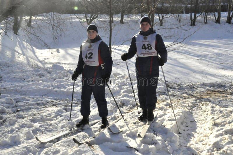 Moskva, Ryssland, Januari 2, 2019, sportar och masshändelser i 154 separat regementet för kommendant Preobrazhensky, skidar konku arkivbilder