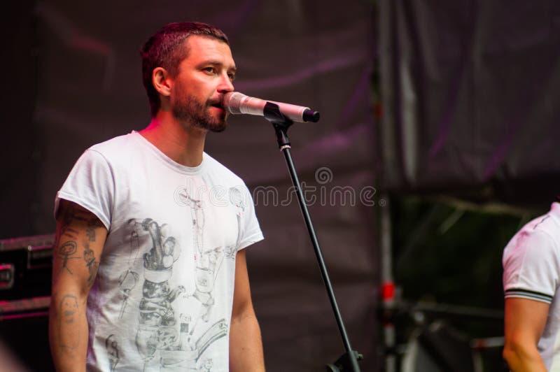 MOSKVA RYSSLAND - JULE 06, 2012: Vokalist Vladimir Krestovsky på royaltyfri foto