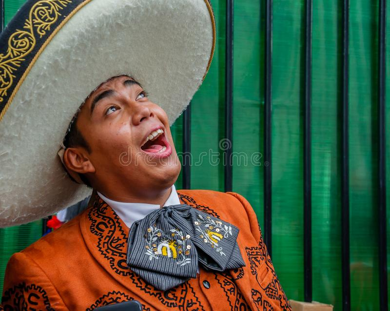 Moskva Ryssland - Juli 7, 2018: Den mexicanska gatamusikermariachien i traditionell kläder och sombrero sjunger en serenad fotografering för bildbyråer