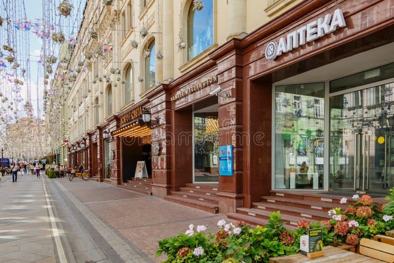 Moskva Ryssland - Juli 28, 2019: Exponeringsglas ställer ut av shoppar på den Nikolskaya gatan i Moskva på den soliga sommarmorgo royaltyfria bilder