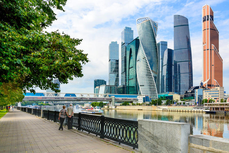MOSKVA RYSSLAND - JULI 30: 2017: Moskvastad - höga moderna futuristiska skyskrapor av den internationella affärsmitten för Moskva arkivfoto
