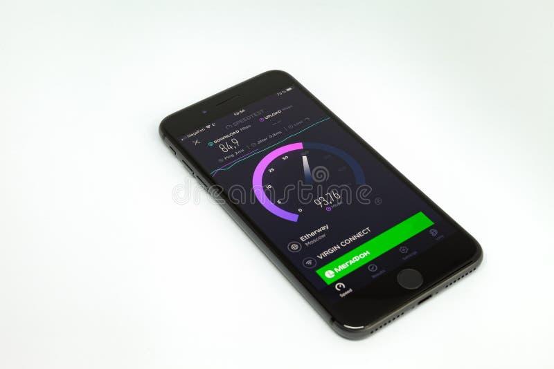 Moskva/Ryssland - Juli 13, 2019: Svart iPhone 8 plus på en vit bakgrund På skärmen programmet Speedtest royaltyfri bild