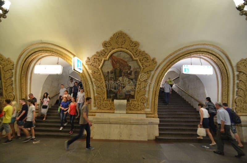 Moskva Ryssland - Juni 15, 2015: De mest härliga tunnelbanastationerna i världen! royaltyfria foton