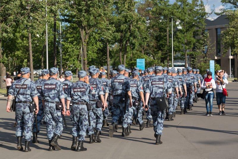 Moskva Ryssland - Juni, 2018: Den ryska OMON-polisen som går efter den FIFA världscupen, matchar i Moskva Fotbollvärldscupsäkerhe fotografering för bildbyråer