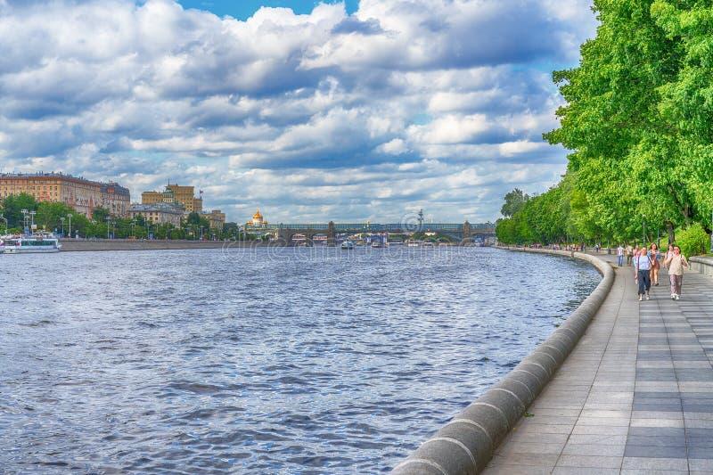 Moskva Ryssland - Juni 21, 2018: Det Moskvafloden och folket som strosar längs promenaden royaltyfri fotografi