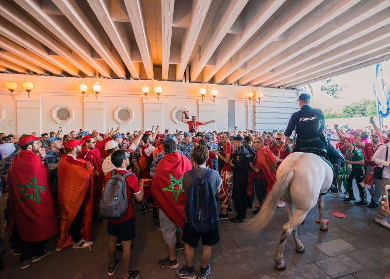 MOSKVA RYSSLAND - JUNI 20: fans av Marocko och Portugal på Fifa-världscupen av Ryssland i 2018, för fotbollen arkivbilder