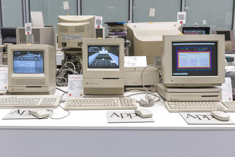 MOSKVA RYSSLAND - JUNI 11, 2018: Gammal original- Apple Macdator i museum i Moskva Ryssland royaltyfri bild