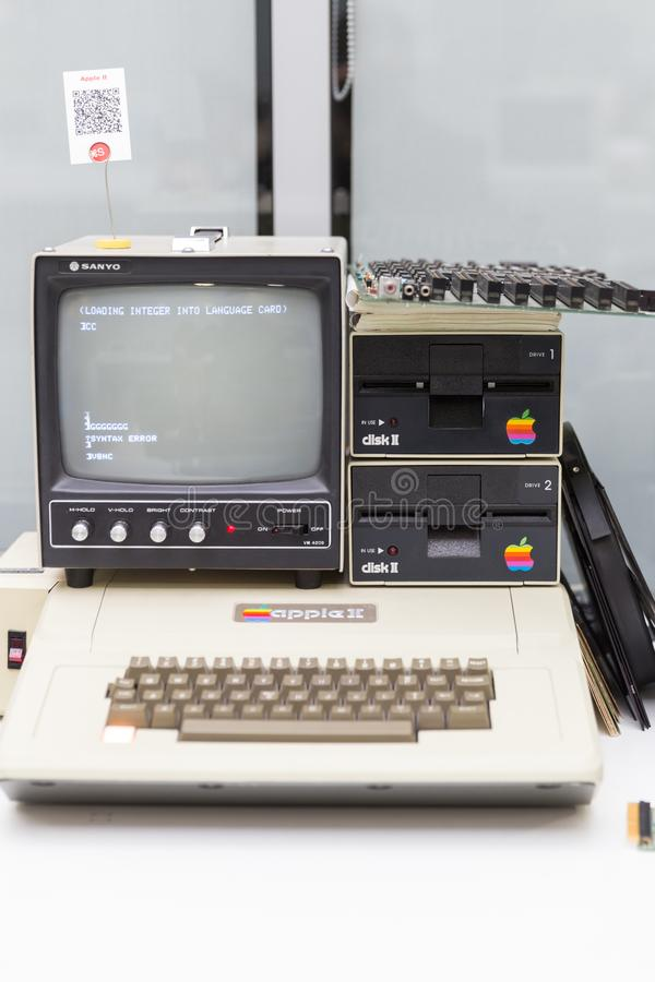 MOSKVA RYSSLAND - JUNI 11, 2018: Gammal original- Apple Macdator i museum i Moskva Ryssland arkivbilder
