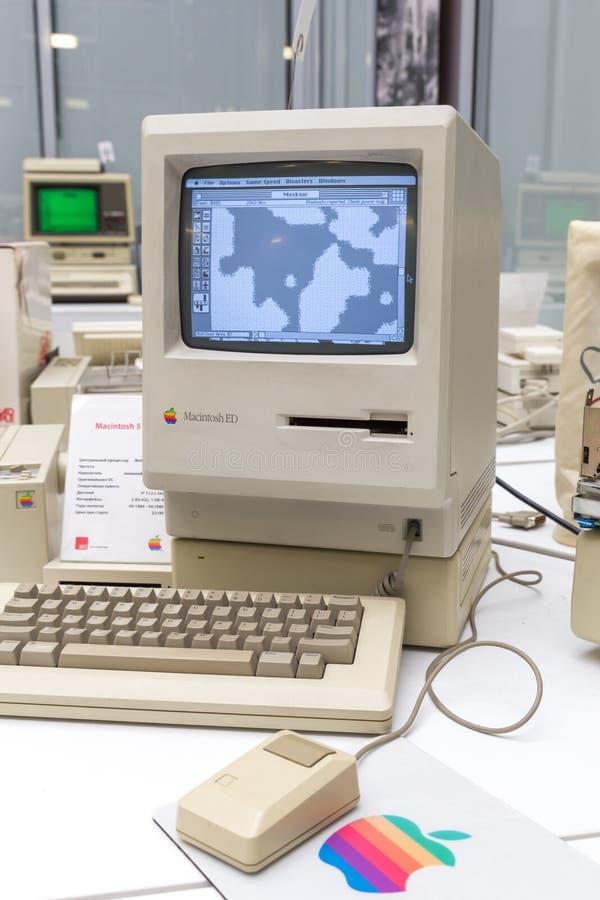 MOSKVA RYSSLAND - JUNI 11, 2018: Gammal original- Apple Macdator i museum i Moskva Ryssland arkivbild