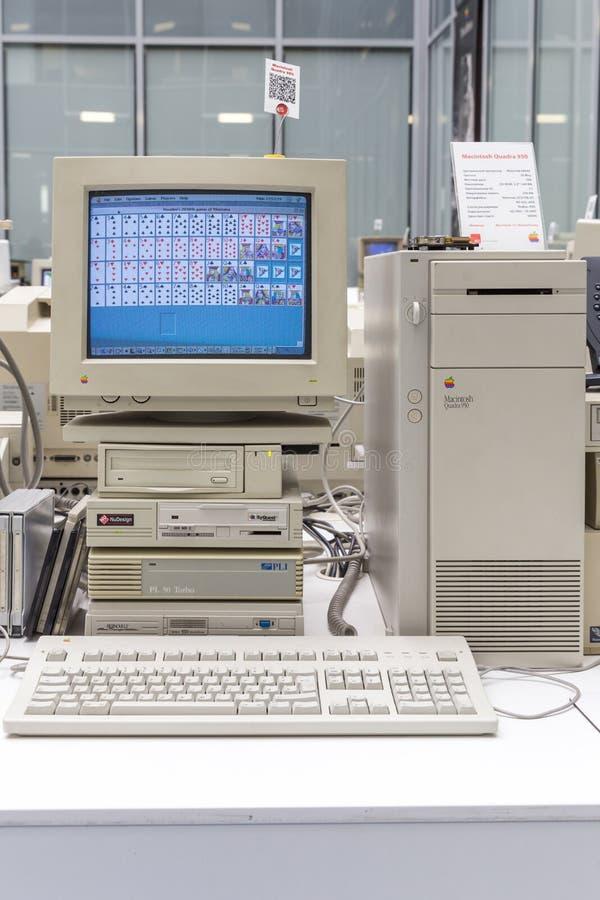 MOSKVA RYSSLAND - JUNI 11, 2018: Gammal original- Apple Macdator i museum i Moskva Ryssland royaltyfria foton