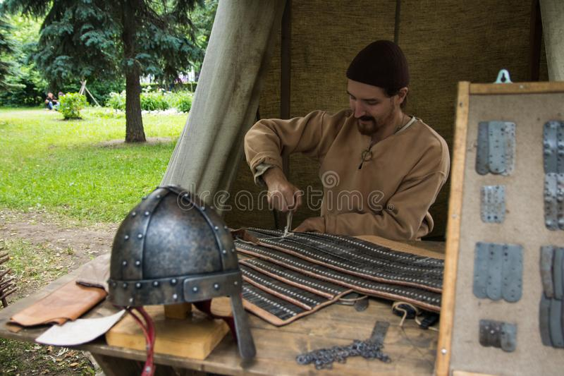 Moskva Ryssland - Juni 2019: Historiska festivaltider och epoker Rekonstruktion av liv och krig royaltyfria foton