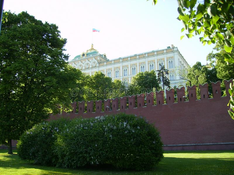 Moskva Ryssland - 1 Juni 2009: Kremlslott bak Kremlväggen royaltyfri fotografi