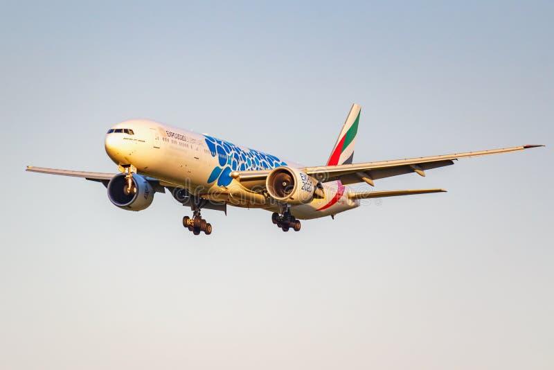 Moskva Ryssland - Juni 20, 2019: Livré 2020 för flygplanBoeing 777-31HER A6-ECQ expo av emiratflygbolaglandning på Domodedovo royaltyfri foto