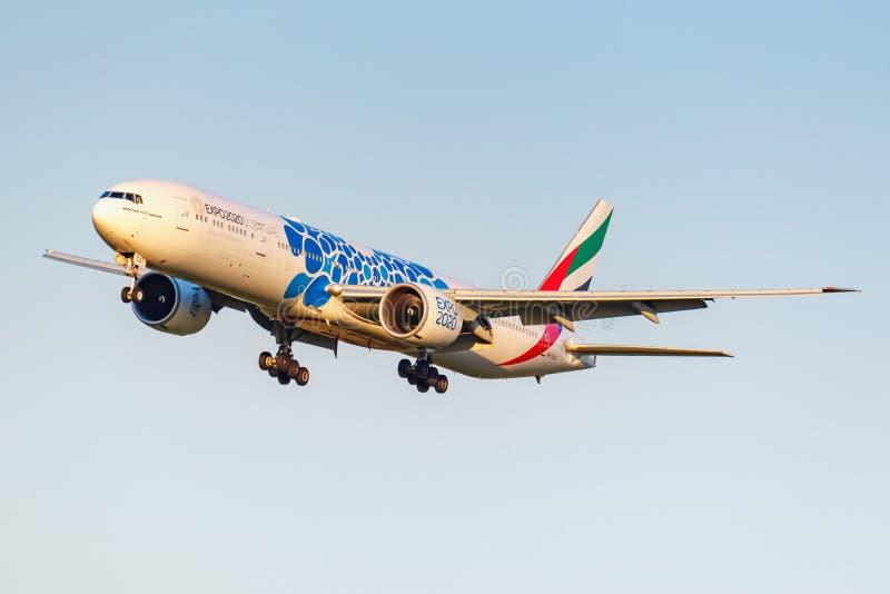 Moskva Ryssland - Juni 20, 2019: Livré 2020 för flygplanBoeing 777-31HER A6-ECQ expo av emiratflygbolaglandning på Domodedovo royaltyfri bild