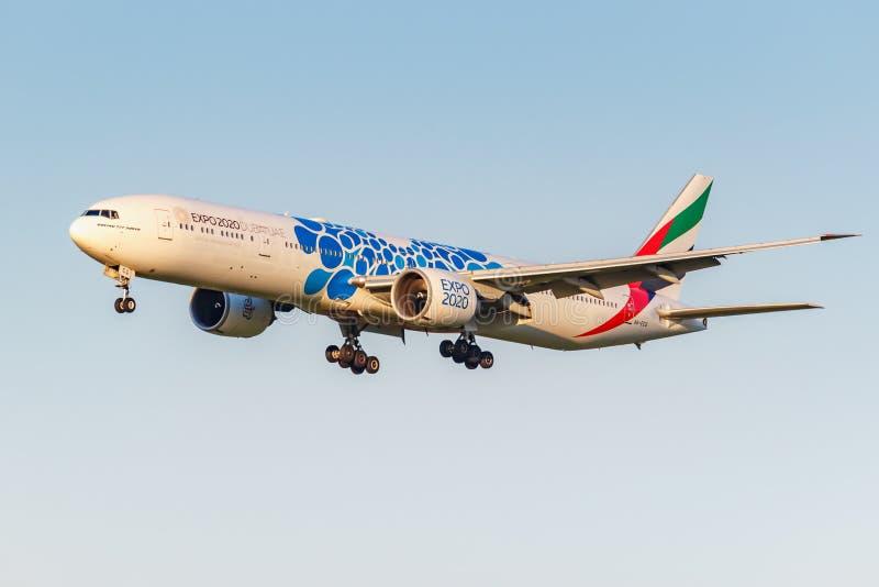 Moskva Ryssland - Juni 20, 2019: Livré 2020 för flygplanBoeing 777-31HER A6-ECQ expo av emiratflygbolaglandning på Domodedovo royaltyfria bilder