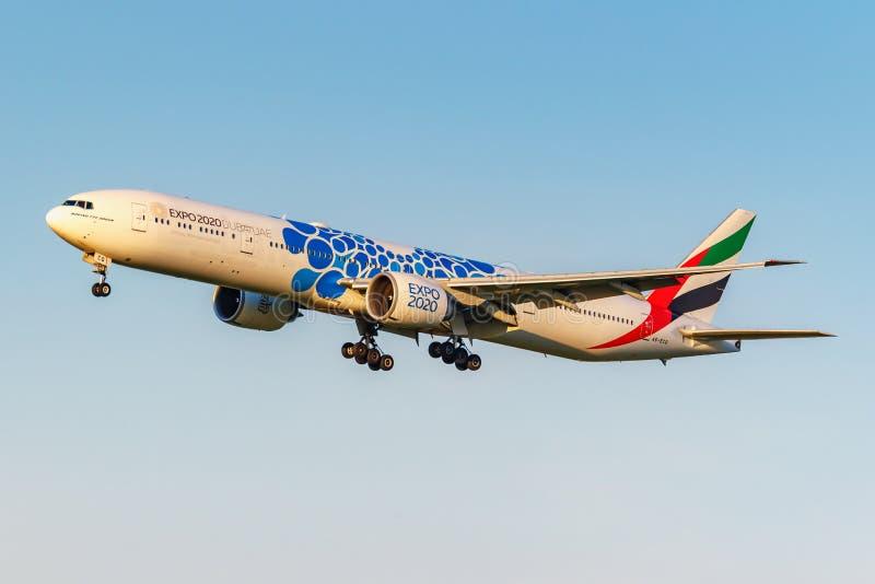 Moskva Ryssland - Juni 20, 2019: Livré 2020 för flygplanBoeing 777-31HER A6-ECQ expo av emiratflygbolaglandning på Domodedovo arkivbilder