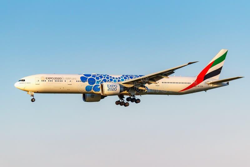 Moskva Ryssland - Juni 20, 2019: Livré 2020 för flygplanBoeing 777-31HER A6-ECQ expo av emiratflygbolaglandning på Domodedovo royaltyfri fotografi