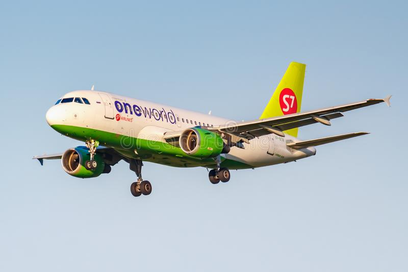 Moskva Ryssland - Juni 20, 2019: Livré för flygplanflygbuss A319-114 VP-BTN Oneworld av flygbolag för S7 som Sibirien landar på D arkivfoto